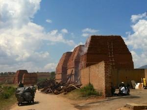 En chemin de magnifiques fours à brique comme on en trouve des milliers à madagascar