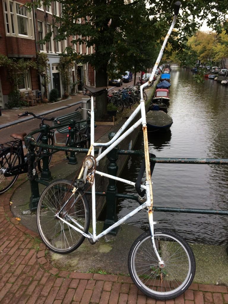 vélo blanc selle en hauteur