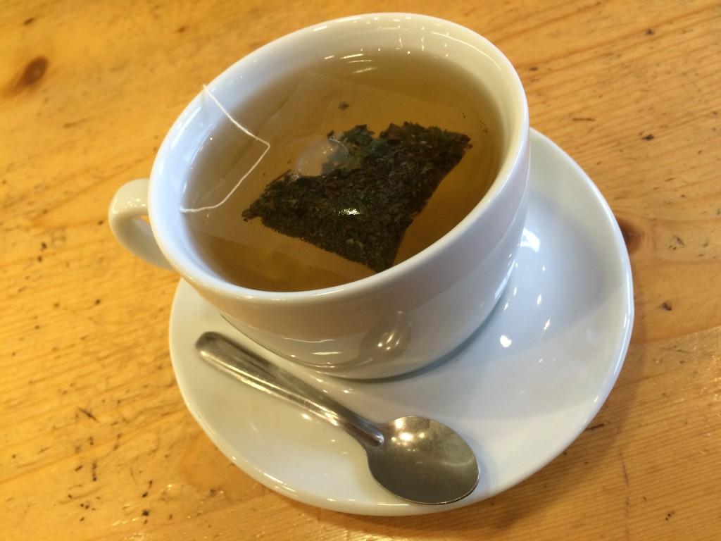 tasse blanche avec sachet de thé