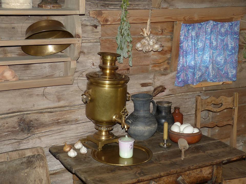 Samovar en cuivre posé sur une table en bois