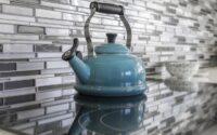 Eau et calcaire : comment boire un thé sans arrière-goût de tartre ?