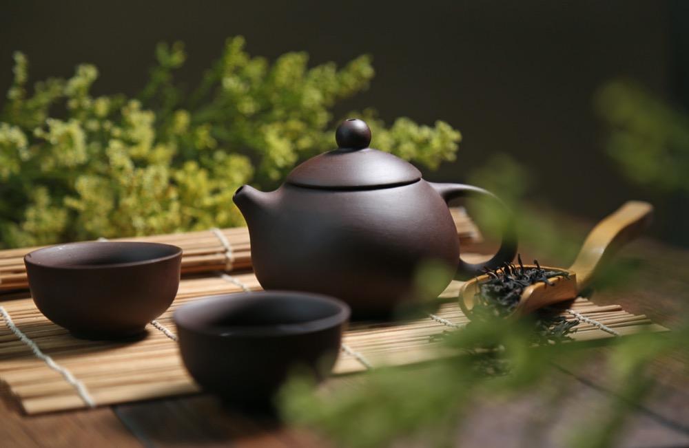 théière chinoise dans un jardin de thé haut de gamme