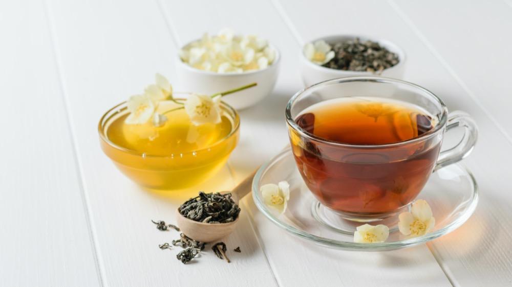 Thé au miel frais et fleurs de jasmin