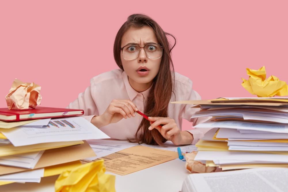 Jeune femme étudiant sur fond rose