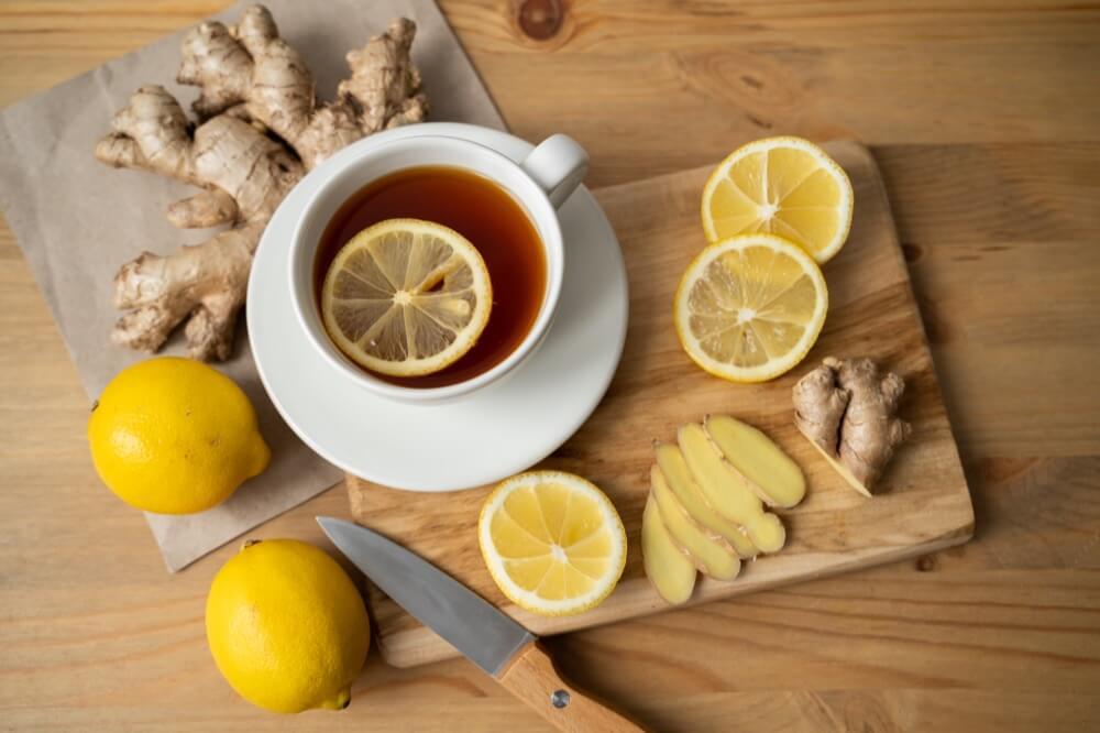 Tasse de thé avec gingembre et citron