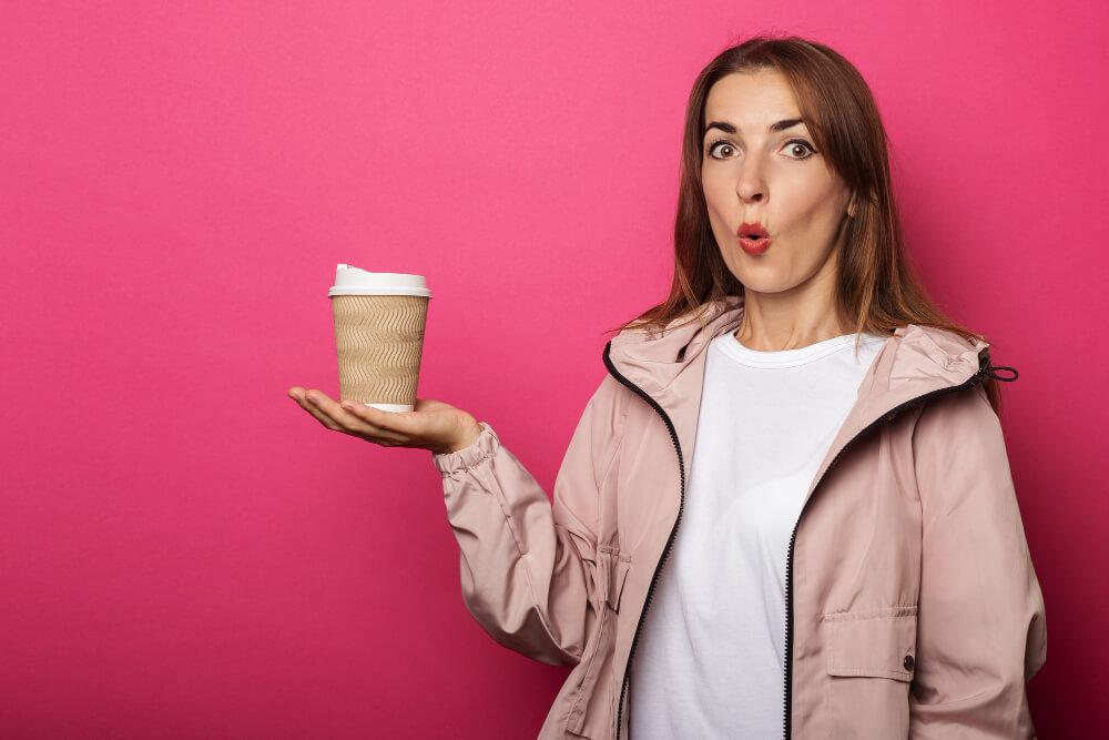 jeune femme avec un café dans la main