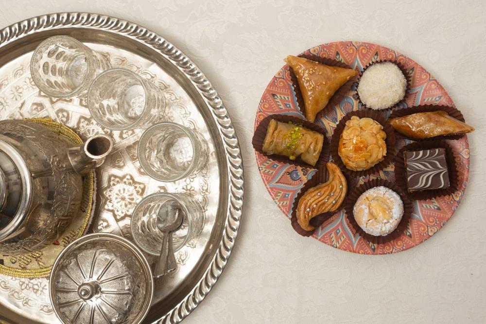 thé à la menthe avec pâtisseries orientales